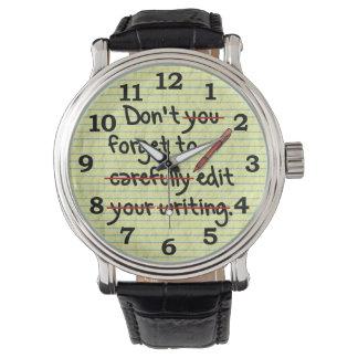 Redactor del escritor que corrige la nota del reloj