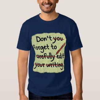 Redactor del escritor que corrige la nota del remera