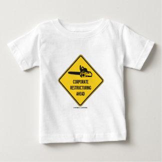 Reestructuración corporativa a continuación t-shirt