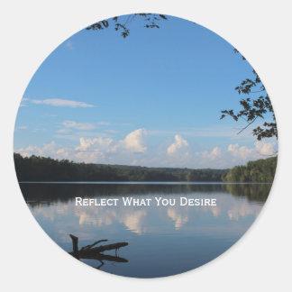 Refleje lo que usted desea de la cita del sobre pegatina redonda