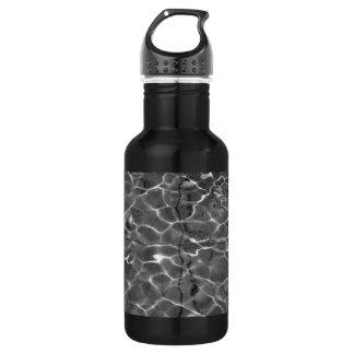 Reflejos de luz en el agua: Negro y blanco Botella De Agua