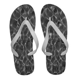 Reflejos de luz en el agua Negro y blanco Sandalias De Playa
