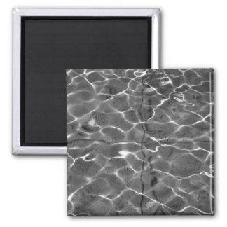 Reflejos de luz en el agua: Negro y blanco Imán Cuadrado