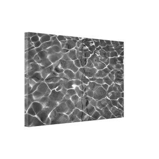 Reflejos de luz en el agua: Negro y blanco Impresión En Lona