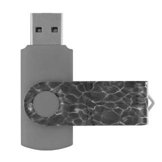Reflejos de luz en el agua: Negro y blanco Memoria USB 3.0 Giratoria