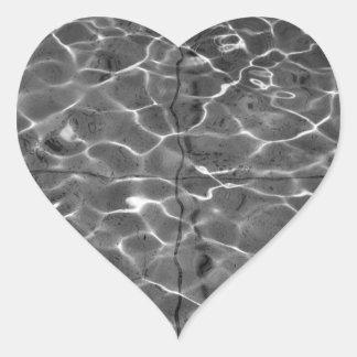 Reflejos de luz en el agua: Negro y blanco Pegatina En Forma De Corazón