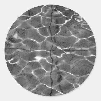 Reflejos de luz en el agua: Negro y blanco Pegatina Redonda