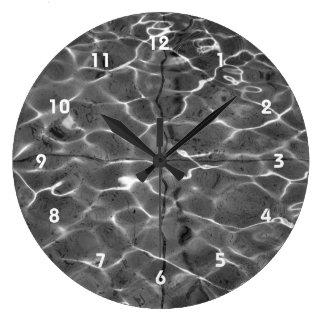 Reflejos de luz en el agua: Negro y blanco Reloj Redondo Grande