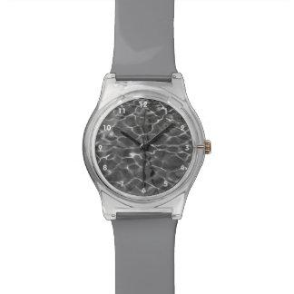 Reflejos de luz en el agua: Negro y blanco Relojes