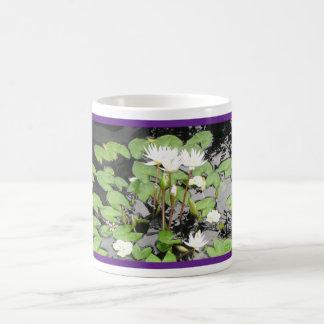 Reflexión blanca de los waterlilies taza de café