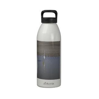 Reflexión blanca botella de agua
