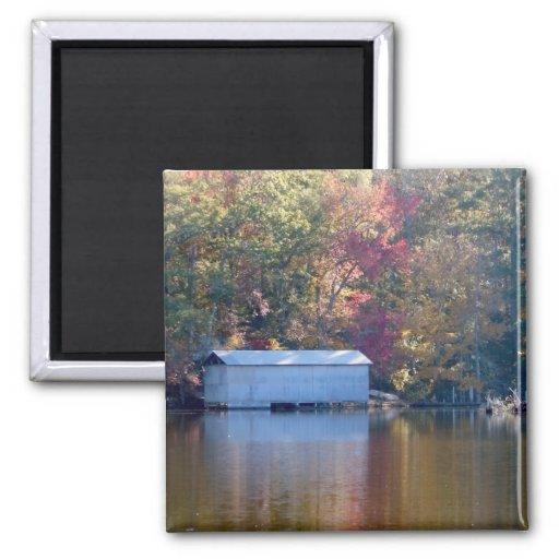 Reflexión bonita - Boathouse por el agua Imán