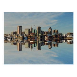 Reflexión céntrica del horizonte de Baltimore Tarjeta Postal