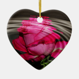 Reflexión color de rosa rosada descolorada adorno navideño de cerámica en forma de corazón