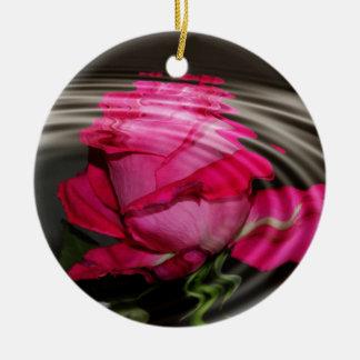 Reflexión color de rosa rosada descolorada adorno navideño redondo de cerámica