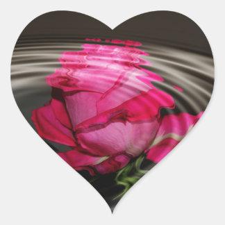 Reflexión color de rosa rosada descolorada pegatina en forma de corazón