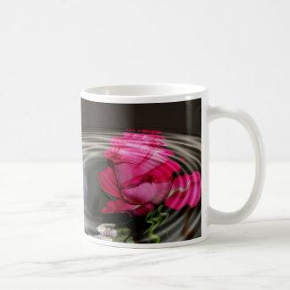 Reflexión color de rosa rosada descolorada taza de café
