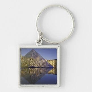 Reflexión de FRANCIA, París, pirámide. El Louvre Llavero Cuadrado Plateado