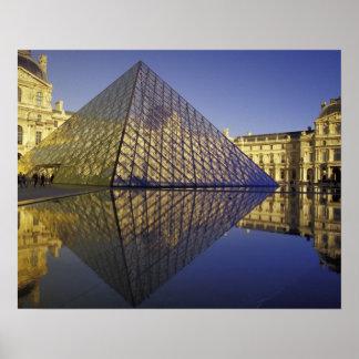Reflexión de FRANCIA, París, pirámide. El Louvre Posters