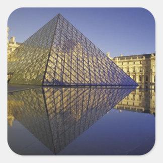 Reflexión de FRANCIA, París, pirámide. El Louvre Pegatina Cuadrada