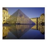 Reflexión de FRANCIA, París, pirámide. El Louvre Tarjeta Postal