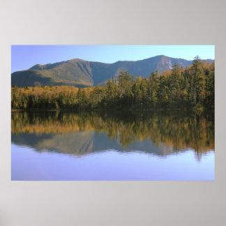 Reflexión de Franconia Ridge sobre el lago solitar Poster