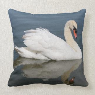 Reflexión de la almohada del cisne