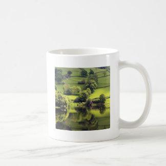 Reflexión de la belleza del espejo del lago tazas de café