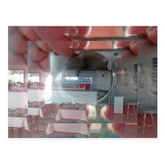 reflexión de la cámara y de la mano en una ventana tarjetas postales