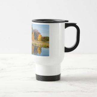 Reflexión de la charca del otoño tazas de café