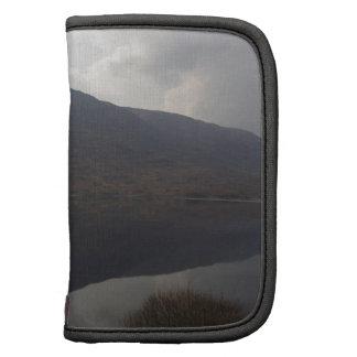 Reflexión de la colina en un lago en montañas planificador