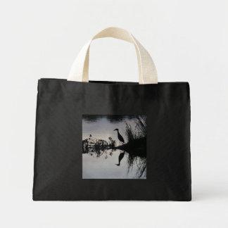 Reflexión de la garza en la orilla del río, negra/ bolsa