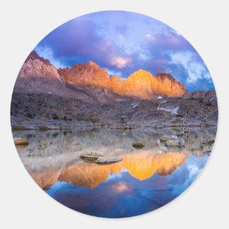 Reflexión de la montaña, California Pegatina Redonda