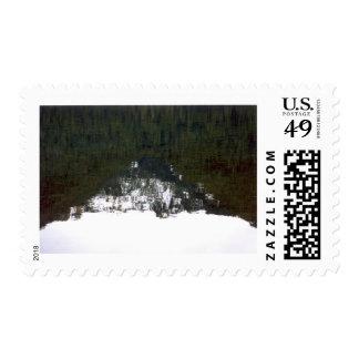 Reflexión de la montaña en arte de la foto de sellos