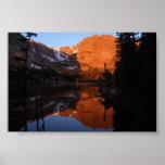 Reflexión de la montaña rocosa en lona poster