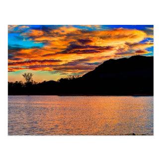 Reflexión de la montaña rocosa postales