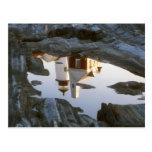 Reflexión de la piscina de la marea del faro del p tarjeta postal