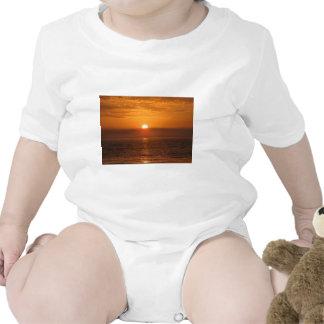 Reflexión de la puesta del sol de la playa traje de bebé