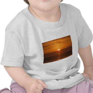 Reflexión de la puesta del sol de la playa camiseta