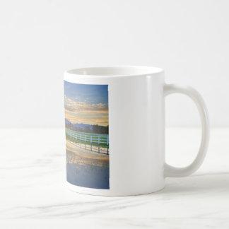 Reflexión de la puesta del sol del país taza de café