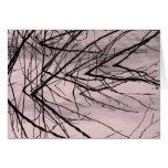 Reflexión de la rama de árbol en tarjeta de