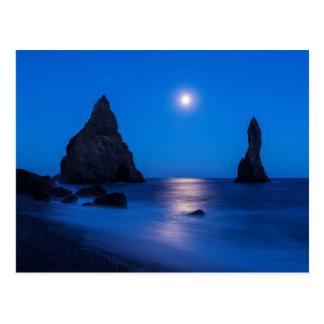 Reflexión de la salida de la luna en pilas del postal