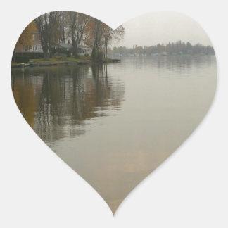 Reflexión de las vacaciones de verano del agua pegatina en forma de corazón