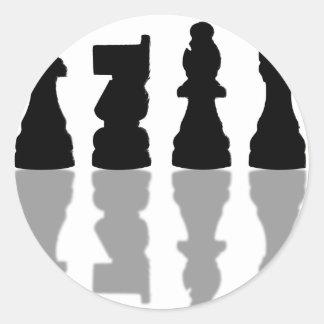 Reflexión de los pedazos de ajedrez pegatinas redondas