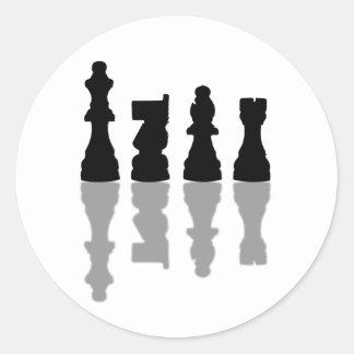 Reflexión de los pedazos de ajedrez etiqueta redonda