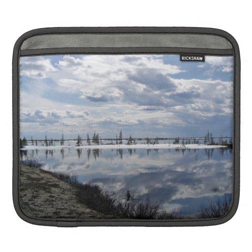 Reflexión de nubes en el agua fundas para iPads