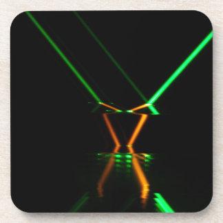reflexión de rayo láser verde posavaso