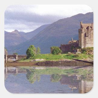 Reflexión del castillo de Eilean Donan Pegatina Cuadrada