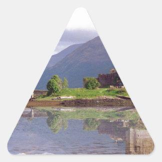 Reflexión del castillo de Eilean Donan Pegatina Triangular