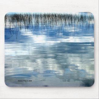 Reflexión del cielo en el lago con el cojín de rat alfombrilla de ratones